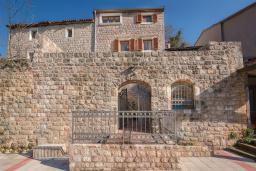 Фасад дома. Черногория, Пржно / Милочер : Роскошная каменный дом с бассейном и видом на море, 4 спальни, 5 ванных комнат, тренажерный зал, турецкая баня, джакузи, парковка, Wi-Fi