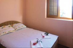 Спальня. Черногория, Герцег-Нови : Прекрасный дом с бассейном и двориком, 6 спален, 2 ванные комнаты, парковка, Wi-Fi