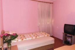 Спальня 4. Черногория, Герцег-Нови : Прекрасный дом с бассейном и двориком, 6 спален, 2 ванные комнаты, парковка, Wi-Fi