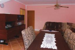 Гостиная. Черногория, Герцег-Нови : Прекрасный дом с бассейном и двориком, 6 спален, 2 ванные комнаты, парковка, Wi-Fi