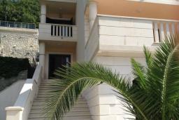 Фасад дома. Черногория, Лепетане : Прекрасная вилла с бассейном и зеленым двориком, 4 спальни, 3 ванные комнаты, парковка, Wi-Fi