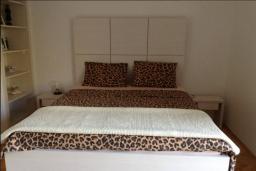 Спальня. Черногория, Лепетане : Прекрасная вилла с бассейном и зеленым двориком, 4 спальни, 3 ванные комнаты, парковка, Wi-Fi