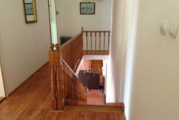Лестница наверх. Черногория, Лепетане : Прекрасная вилла с бассейном и зеленым двориком, 4 спальни, 3 ванные комнаты, парковка, Wi-Fi