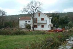 Фасад дома. Черногория, Радовичи : Прекрасный дом с бассейном и зеленым двориком с барбекю, 4 спальни, 2 ванные комнаты, парковка