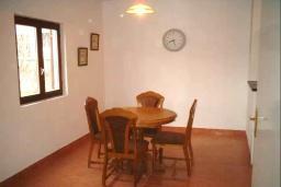 Обеденная зона. Черногория, Радовичи : Прекрасный дом с бассейном и зеленым двориком с барбекю, 4 спальни, 2 ванные комнаты, парковка