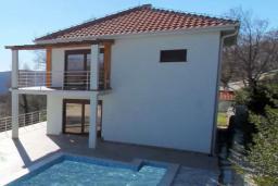 Фасад дома. Черногория, Братешичи : Прекрасная вилла с бассейном и двориком, 3 спальни, 2 ванные комнаты, парковка, Wi-Fi