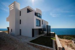 Фасад дома. Черногория, Кримовица : Просторная современная вилла с шикарным видом на море, 5 спален, 2 ванные комнаты, парковка, Wi-Fi