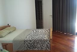 Спальня 2. Черногория, Кримовица : Просторная современная вилла с шикарным видом на море, 5 спален, 2 ванные комнаты, парковка, Wi-Fi