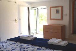 Спальня. Черногория, Святой Стефан : Прекрасная вилла с бассейном и зеленым двориком с барбекю, 4 спальни, 3 ванные комнаты, парковка, Wi-Fi