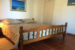 Спальня 4. Черногория, Святой Стефан : Прекрасная вилла с бассейном и зеленым двориком с барбекю, 4 спальни, 3 ванные комнаты, парковка, Wi-Fi