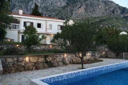 Фасад дома. Черногория, Святой Стефан : Прекрасная вилла с бассейном и зеленым двориком с барбекю, 4 спальни, 3 ванные комнаты, парковка, Wi-Fi