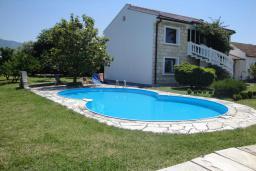 Фасад дома. Черногория, Бар : Прекрасная вилла с бассейном и зеленым двориком с барбекю, 4 спальни, 2 ванные комнаты, парковка, Wi-Fi