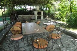 Территория. Черногория, Бар : Прекрасная вилла с бассейном и зеленым двориком с барбекю, 4 спальни, 2 ванные комнаты, парковка, Wi-Fi