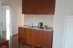 Кухня. Черногория, Добра Вода : Стандартная вилла с большой территорией и общим бассейном, 2 спальни, парковка, барбекю, Wi-Fi