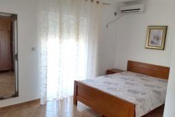 Спальня 2. Черногория, Добра Вода : Стандартная вилла с большой территорией и общим бассейном, 2 спальни, парковка, барбекю, Wi-Fi
