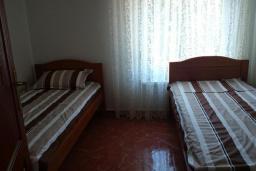 Спальня 2. Черногория, Добра Вода : Улучшенная вилла с большой территорией и общим бассейном, 2 спальни, парковка, барбекю, Wi-Fi