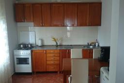 Кухня. Черногория, Добра Вода : Улучшенная вилла с большой территорией и общим бассейном, 2 спальни, парковка, барбекю, Wi-Fi