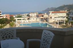 Балкон. Черногория, Добра Вода : Улучшенная вилла с большой территорией и общим бассейном, 2 спальни, парковка, барбекю, Wi-Fi