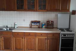 Кухня. Черногория, Герцег-Нови : Прекрасная вилла с бассейном и двориком с барбекю, 4 спальни, 2 ванные комнаты, парковка, Wi-Fi