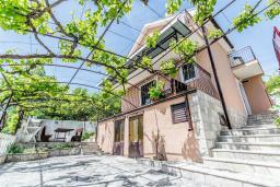 Фасад дома. Черногория, Герцег-Нови : Прекрасная вилла с бассейном и двориком с барбекю, 4 спальни, 2 ванные комнаты, парковка, Wi-Fi