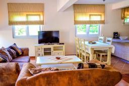 Гостиная. Черногория, Моринь : Прекрасная вилла в комплексе с бассейном и зеленой территорией, 2 спальни, парковка, Wi-Fi