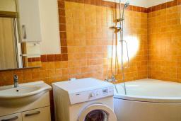 Ванная комната. Черногория, Моринь : Прекрасная вилла в комплексе с бассейном и зеленой территорией, 2 спальни, парковка, Wi-Fi