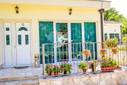 Фасад дома. Черногория, Моринь : Прекрасная вилла в комплексе с бассейном и зеленой территорией, 2 спальни, парковка, Wi-Fi