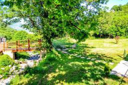 Территория. Черногория, Моринь : Прекрасная вилла в комплексе с бассейном и зеленой территорией, 2 спальни, парковка, Wi-Fi
