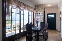 Обеденная зона. Черногория, Костаньица : Роскошная вилла с бассейном и видом на море, 20 метров до пляжа, 4 спальни, 3 ванные комнаты, сауна, барбекю, парковка, Wi-Fi