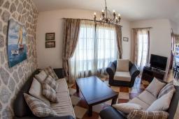 Гостиная. Черногория, Костаньица : Роскошная вилла с бассейном и видом на море, 20 метров до пляжа, 4 спальни, 3 ванные комнаты, сауна, барбекю, парковка, Wi-Fi