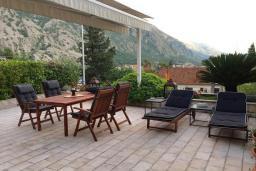Терраса. Черногория, Ораховац : Прекрасная вилла с бассейном и патио с видом на море, 20 метров до пляжа, 2 спальни, парковка, Wi-Fi