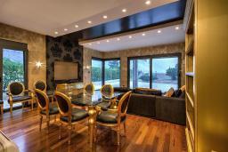 Гостиная. Черногория, Ораховац : Прекрасная вилла с бассейном и патио с видом на море, 20 метров до пляжа, 2 спальни, парковка, Wi-Fi