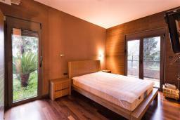 Спальня. Черногория, Ораховац : Прекрасная вилла с бассейном и патио с видом на море, 20 метров до пляжа, 2 спальни, парковка, Wi-Fi