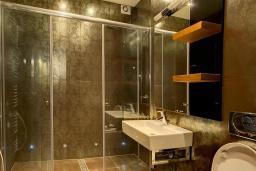 Ванная комната. Черногория, Ораховац : Прекрасная вилла с бассейном и патио с видом на море, 20 метров до пляжа, 2 спальни, парковка, Wi-Fi