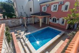 Фасад дома. Черногория, Доброта : Роскошная вилла с бассейном и видом на море, 10 метров от пляжа, 4 спальни, 4 ванные комнаты, барбекю, парковка, Wi-Fi