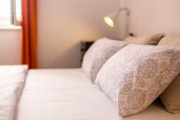 Спальня 2. Черногория, Доброта : Роскошная вилла с бассейном и видом на море, 10 метров от пляжа, 4 спальни, 4 ванные комнаты, барбекю, парковка, Wi-Fi