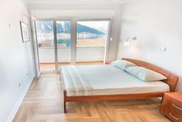 Спальня. Черногория, Доброта : Роскошная вилла с бассейном и видом на море, 50 метров от пляжа, 4 спальни, 3 ванные комнаты, барбекю, парковка, Wi-Fi