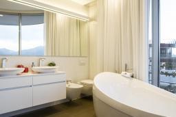 Ванная комната. Черногория, Будва : Роскошный пентхаус с просторной гостиной, тремя спальнями, двумя ванными комнатами и большой террасой с шикарным видом нам море