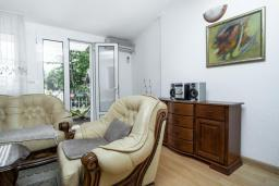 Гостиная. Черногория, Будва : Прекрасный дом с зеленым двориком, 2 спальни, парковка, Wi-Fi