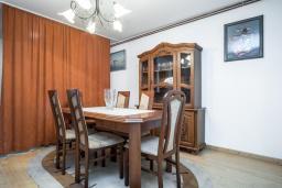 Обеденная зона. Черногория, Будва : Прекрасный дом с зеленым двориком, 2 спальни, парковка, Wi-Fi