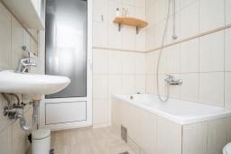 Ванная комната. Черногория, Будва : Прекрасный дом с зеленым двориком, 2 спальни, парковка, Wi-Fi