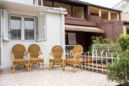 Терраса. Черногория, Будва : Прекрасный дом с зеленым двориком, 2 спальни, парковка, Wi-Fi