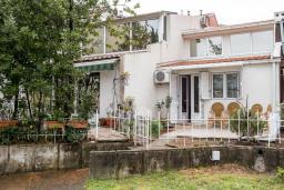 Фасад дома. Черногория, Будва : Прекрасный дом с зеленым двориком, 2 спальни, парковка, Wi-Fi