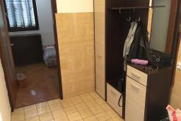 Коридор. Черногория, Будва : Апартамент с гостиной, отдельной спальней и балконом с видом на море