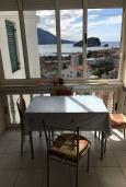Обеденная зона. Черногория, Будва : Апартамент с гостиной, отдельной спальней и балконом с видом на море