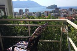 Вид на море. Черногория, Будва : Апартамент с гостиной, отдельной спальней и балконом с видом на море