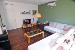 Гостиная. Черногория, Доброта : Уютный апартамент в 40 метрах от моря, с гостиной, двумя спальнями и террасой