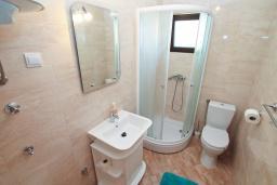 Ванная комната. Черногория, Герцег-Нови : Современная студия с террасой и видом на море