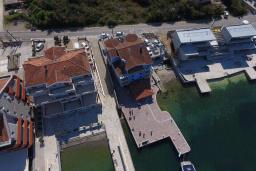Фасад дома. Черногория, Обала Джурашевича : Уникальная вилла на берегу залива, 9 спален, 8 ванных комнаты, парковка, Wi-Fi