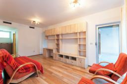 Гостиная. Черногория, Обала Джурашевича : Уникальная вилла на берегу залива, 9 спален, 8 ванных комнаты, парковка, Wi-Fi